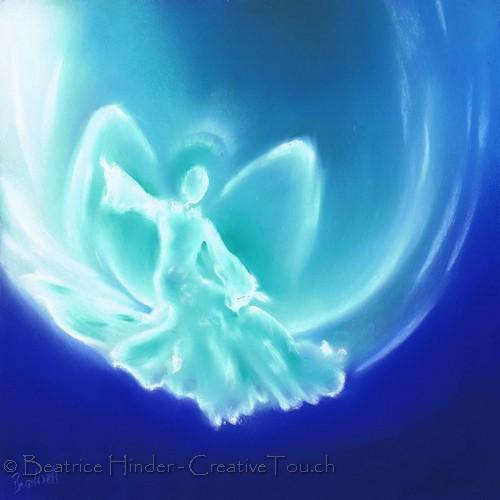 Engel blau-hellblau, im Schwung